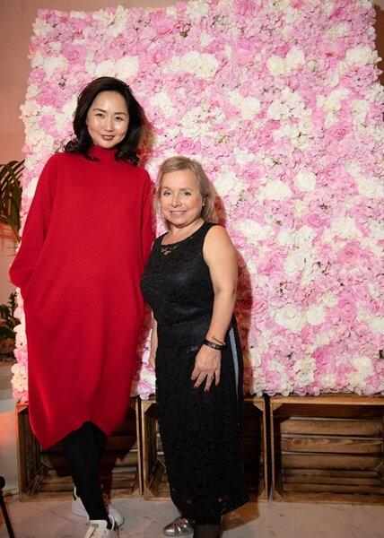 <p>Die Plauener Designerin Saruul Fischer traf zur Show zur Berliner Fashion Week Schauspielerin Christine Urspruch. Der gefielen die Kaschmir-Kreationen von Edelziege so gut, dass sie sich einen eigenen Mantel bestellte.</p>