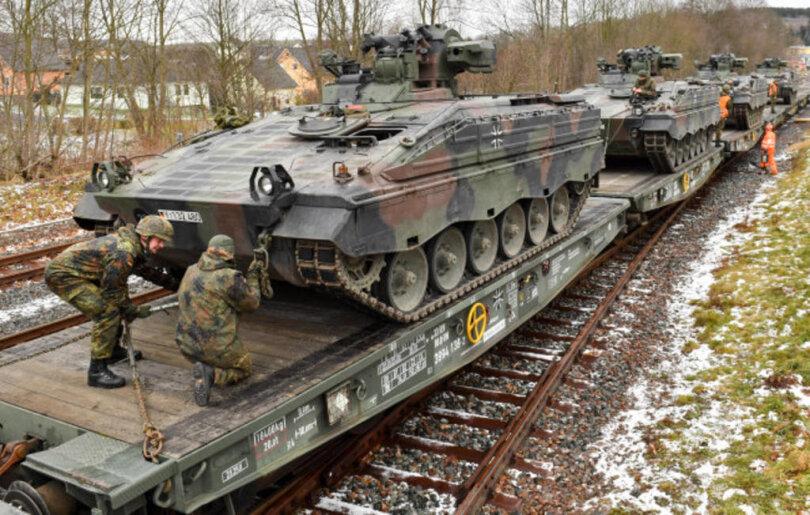 """<p>Soldaten des Panzergrenadierbataillons 371 verladen Schützenpanzer """"Marder"""" auf Güteranhänger der Eisenbahn.</p>"""