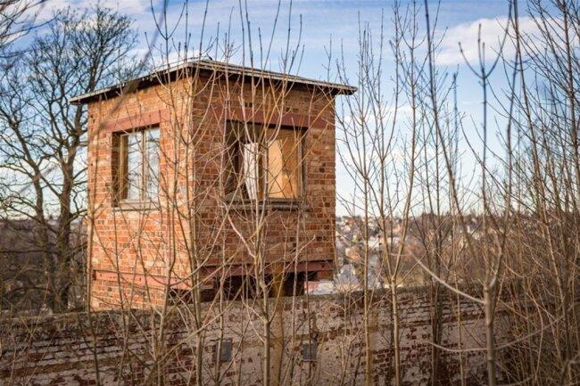 <p>Ein Modell des gesamten Komplexes wird Besucher künftig schon im Außengelände (auf dem Foto zu sehen ist ein Wachturm) erwarten.</p>
