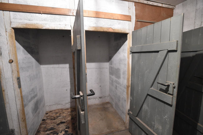 """<p><span style=""""color:#1f497d"""">Einige der Räume sind in kleine Kammern unterteilt. Die Türen zu diesen Kammern waren einst versiegelt.</span></p>"""