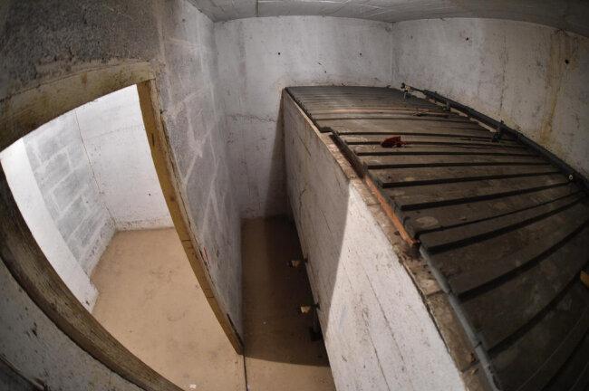<p>In einen Raum ist eine mehrere Meter Breite Zisterne eingebaut, die wohl der Wasserversorgung im Notfall diente.</p>