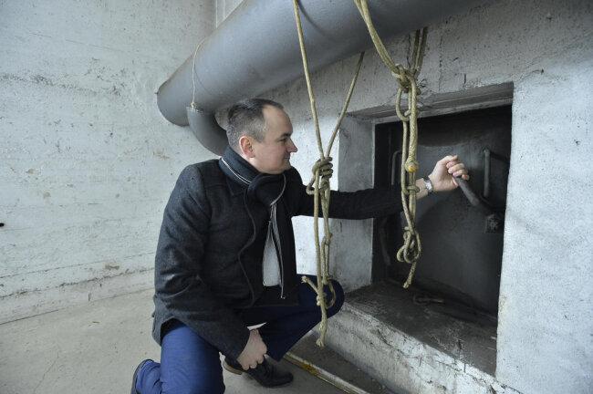 <p>GGG-Sprecher Erik Escher an einer verschlossenen Verbindungsluke.</p>