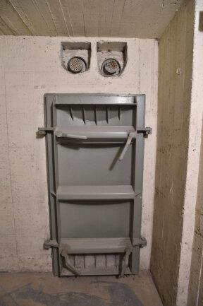 <p>Verschlossen sind die Luftschutzräume mit einer schweren Stahltür. Über ihr befinden sich Klappen, die sich öffnen lassen und wohl dem Druckausgleich dienten.</p>