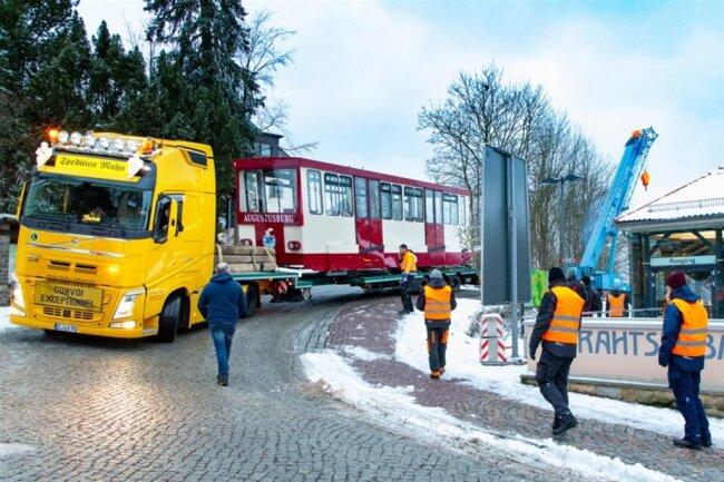<p>Zwei Tieflader der Limbach-Oberfrohnaer Spedition Mahn brachten am Donnerstag die beiden Neun-Tonnen-Wagen aus Güstrow zurück nach Augustusburg.</p>