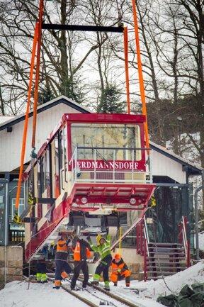 <p>Nach dem der erste Wagen sicher auf dem Gleis stand und das Seil verankert war, wurde dieser vorsichtig zur Talstation gelassen und anschließend der zweite Wagen an der Bergstation auf das Gleis gesetzt.</p>
