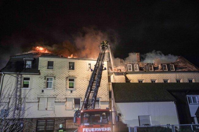 <p>Vom Dachstuhl griffen die Flammen, auch wegen des starken Windes, auf eine Nachbarhaus über.</p>