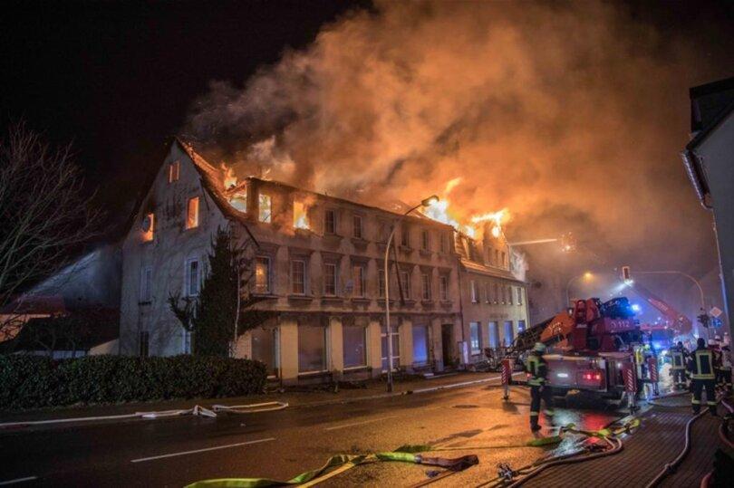 <p>Aus zunächst ungeklärter Ursache hatte am Montagabend gegen 22.30 Uhr ein dreistöckiges Mehrfamilienhaus Feuer gefangen.</p>
