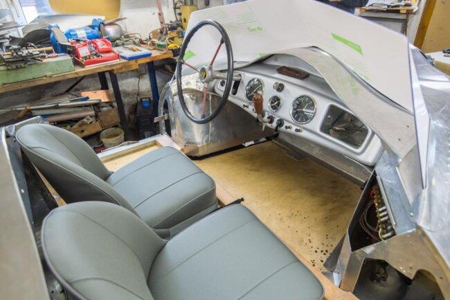 <p>Mit dem Verfahren der inkrementellen Blechumformung wurden im IWU die Aluminiumteile für zwei F9-Sportwagenkarosserien gefertigt – wesentlich schneller und kostengünstiger, als das in Handarbeit möglich gewesen wäre.</p>