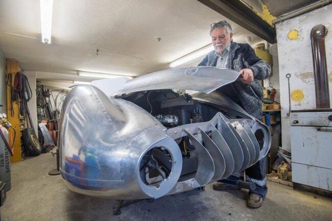 <p>Vor einem reichlichen Jahr machte sich Bach an die Arbeit, um das erste fahrbereite Auto dieses Typs auf die Räder zu stellen.</p>