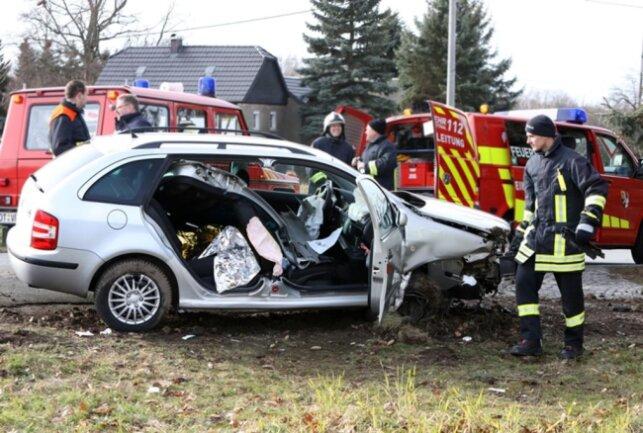 <p>Zur Rettung der Unfallopfer musste die Feuerwehr das Unfallwrack aufschneiden. Die Straße am Sachsenring war gesperrt. Die Polizei schätzt den Schaden auf 5500 Euro.</p>