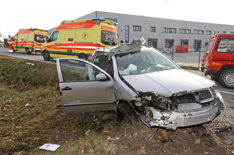 <p>Das Auto raste in den Straßengraben. Nach Polizeiangaben wurden zwei Personen verletzt.</p>