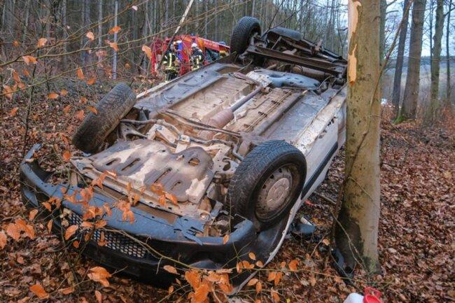<p>Der Fahrer kam mit seinem Wagen von der Fahrbahn ab und überschlug sich.</p>