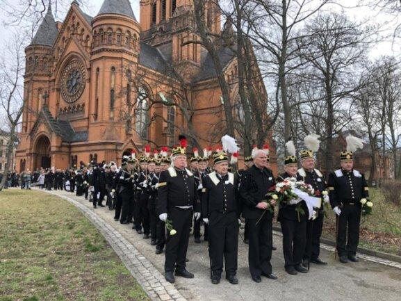 <p>Begleitet vom Glockenläuten der Kirchen in Zwickau und den umliegenden Gemeinden formierte sich im Anschluss an die Gedenkfeier ein Trauerzug zum Hauptfriedhof.</p>