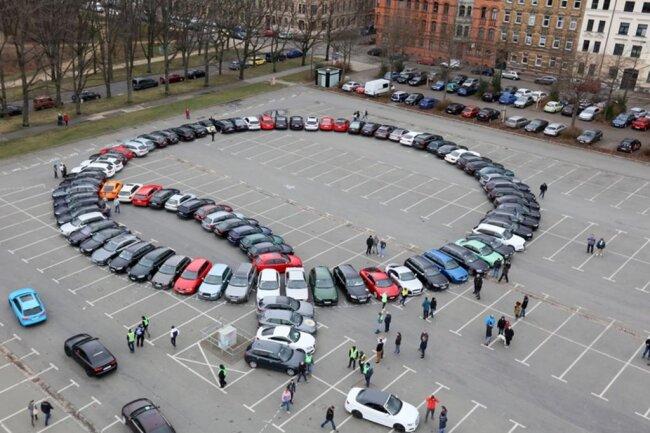 <p>Zu Partyrhythmen aus Lautsprechern hatten die Ordner zuvor über Stunden Audi an Audi auf dem Platz eingewiesen.</p>