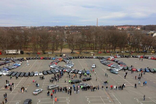 <p>Viele Fahrer waren weit gereist: Sogar aus Tschechien, Wiesbaden und dem niedersächsischen Wolfenbüttel kamen Audi-Fans nach Zwickau, um Teil des Weltrekordversuchs zu werden.</p>
