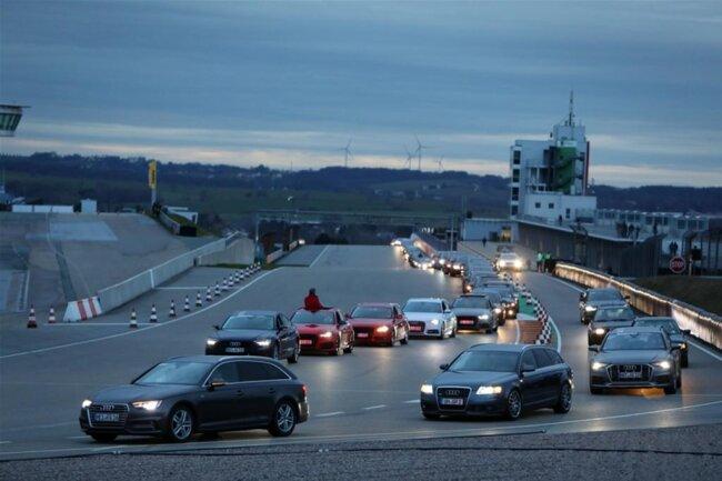 <p>Mehr als 300 Audis fuhren, zuletzt sogar zweispurig, eine Parade auf dem Sachsenring.</p>