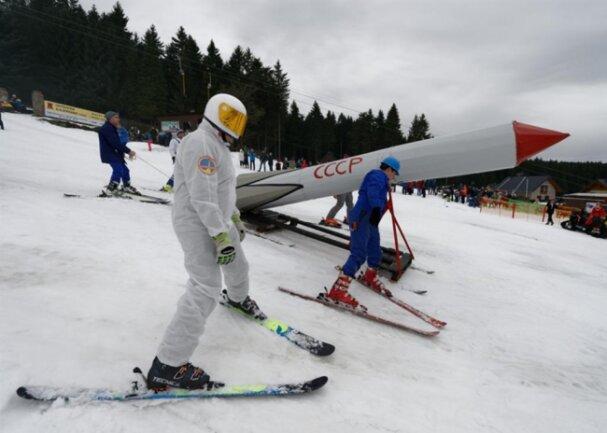 <p>Selbst eine Rakete ist auf dem Skihang zu sehen gewesen und mit ihr kam Fliegerkosmonaut Siegmund Jähn, einer der DDR-Helden.</p>