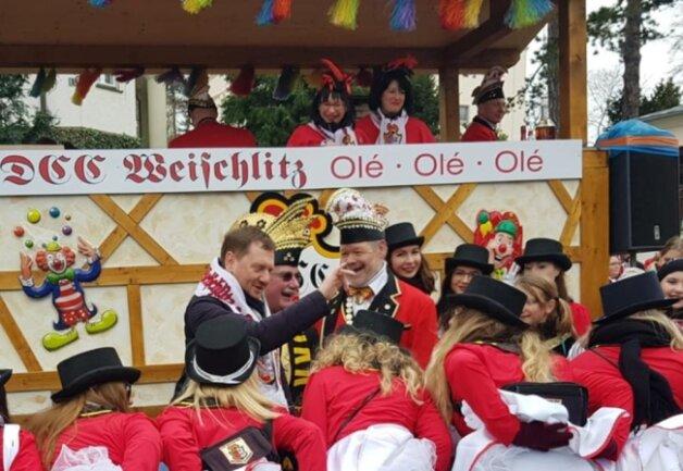 <p>Mit auf dem sogenannten Zugmarschallwagen war Sachsens Ministerpräsident Michael Kretschmer. Funkemariechen machten einen Diener vor dem CDU-Politiker.</p>