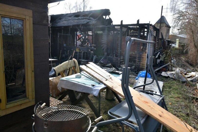 <p>An der Unglücksstelle in Freiberg, wo in der Nacht zum Montag eine Garage und ein Einfamilienhaus abgebrannt sind, hielten sich am Vormittag Brandursachenermittler der Polizei und erneut Feuerwehrleute auf.</p>