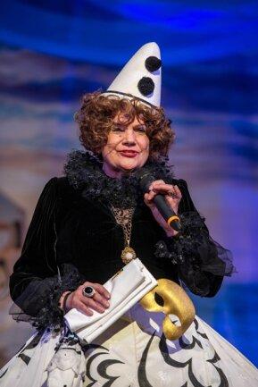 """<p>Birgit Lehmann alias Gräfin von Cosel, hatte die Lacher auf ihrer Seite: """"O, da hinten hat einer gehustet. Lassen Sie den Saal räumen. Zum Glück bin ich schon tot.""""</p>"""
