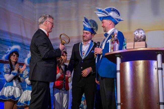 <p>Bürgermeister Thomas Eulenberger erhält seinen Rathausschlüssel zurück.</p>