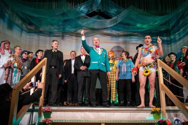 <p>Zum gemeinsamen Schlusslied durften Besucher mit auf die Bühne.</p>