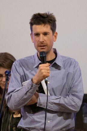 <p>Stephen Mace,&nbsp;gebürtiger Engländer, lebt seit etwa zweieinhalb Jahren in Crottendorf und hat zum Eröffnungsgottesdienst die Übersetzung der Texte ins Englische übernommen.</p>