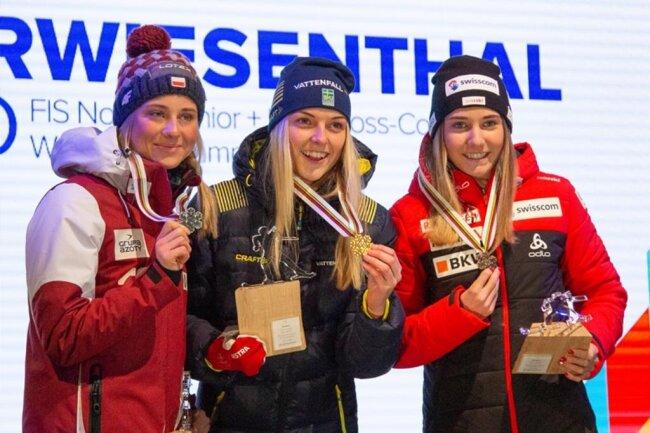 """<p><span style=""""color:#1f497d"""">Den ersten Medaillensatz gab es für die schnellsten Juniorinnen der Sprintentscheidung im Langlauf: Der Titel ging dabei an Louise Lindström aus Schweden, Silber an Izabela Marcisz aus Polen und Bronze an Siri Wigger aus der Schweiz. Neben den Medaillen gab es für jede der jungen Damen eine Präsent: eine als Acrylglas gefertigte Sportlerfigur auf einem Holzsockel, entworfen und gestaltet im Erzgebirge.</span></p>"""