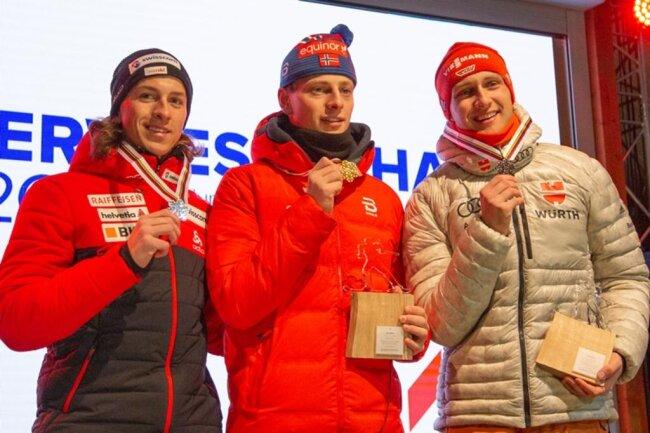 """<p><span style=""""color:#1f497d"""">Die zweite Siegerehrung am Samstagabend galt den schnellsten Sprintern bei den Junioren im Langlauf. Den Titel holte sich Ansgar Evensen aus Norwegen vor Valerio Grond aus der Schweiz. Und die erste Bronzemedaille für die Gastgeber holte Maxim Cervinka.</span></p>"""