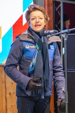 """<p><span style=""""color:#1f497d"""">Die Generalsekretärin des Internationalen Skiverbandes, Sarah Lewis, gibt den offiziellen Startschuss für die 30. Junioren-Weltmeisterschaft in Oberwiesenthal und spricht von einem """"perfekten Standort"""". In ihrer Eröffnungsrede verwies sie zugleich auf die großen Traditionen der Gastgeberstadt im Wintersport und betonte, dass die vielen großen internationalen Champions Vorbilder für die heutige Sportjugend seien.</span></p>"""