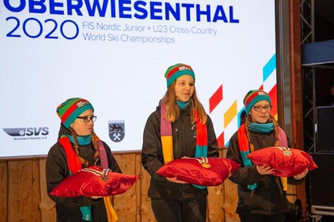"""<p><span style=""""color:#1f497d"""">Die jungen Hostessen bei der Siegerehrung kommen aus der Eliteschule des Wintersports in Oberwiesenthal.</span></p>"""