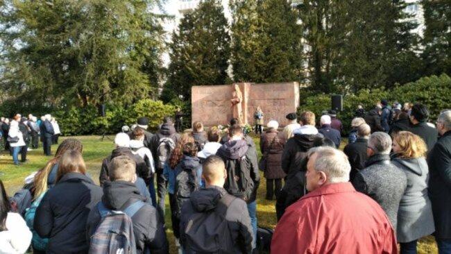 """<p><span class=""""img-info"""">Mehr als 200 Menschen gedachten auf dem Städtischen Friedhof der Opfer der Bombardierung von Chemnitz.</span></p>"""