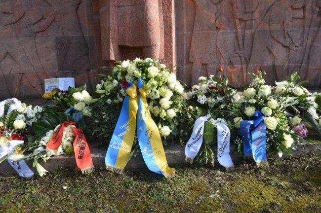 """<p><span class=""""img-info"""">Kränze vor dem Mahnmal, das an die Opfer der Bombardierung von Chemnitz erinnert.</span></p>"""