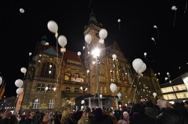 <p>Zum Abschluss des Programms stiegen 200 weiße Luftballons in den Abendhimmel, an denen Chemnitzerinnen und Chemnitzer ihre Friedenswünsche angebracht hatten</p>