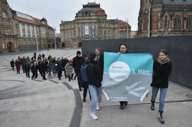 <p>Die traditionellen Friedenswege führten von fünf Chemnitzer Kirchen auf verschiedenen Routen zur zentralen Veranstaltung auf dem Neumarkt.</p>