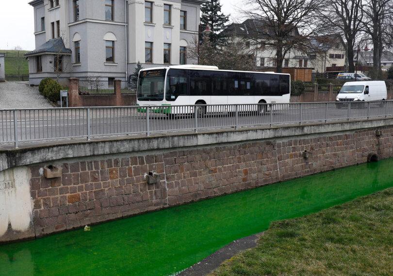 <p>Der Lungwitzbach in Oberlungwitz führte am Freitag grüngefärbtes Wasser.</p>