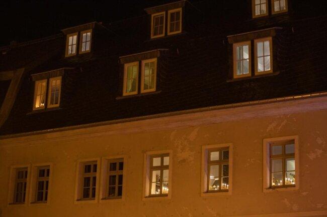 <p>In vielen Straßen erstrahlen am Samstagabend in den Fenstern Schwibbögen. Noch kein Lichtermeer, das nicht, aber ein atemberaubender Anfang.</p>