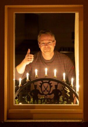 <p>Auch im Stadtteil Buchholz leuchten hier und da Schwibbögen. Jens Lötzsch hat kurz nachdem er von der Aktion erfahren hat, einen vom Dachboden geholt und aufgestellt...</p>