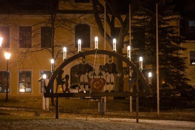 <p>Auch der Schwibbogen auf dem Markplatz in Scheibenberg leuchtete am Samstagabend.</p>