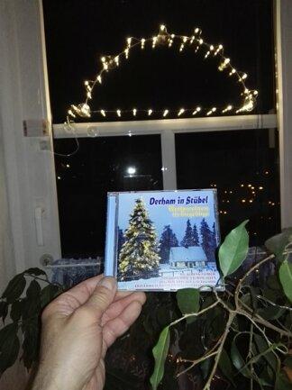 """<p>Dass man auch ohne eigenen Schwibbogen mitmachen kann, beweist Jörg Hocker aus Zwenkau in der Nähe von Leipzig. Er baute sich kurzerhand einfach selbst einen Bogen mit Lichtern. """"Er wird nun solange im Fenster leuchten, bis man wieder ein normales Leben führen kann."""" Er hofft, dass er bald wieder mit dem Rad im Erzgebirge unterwegs sein kann.</p>"""