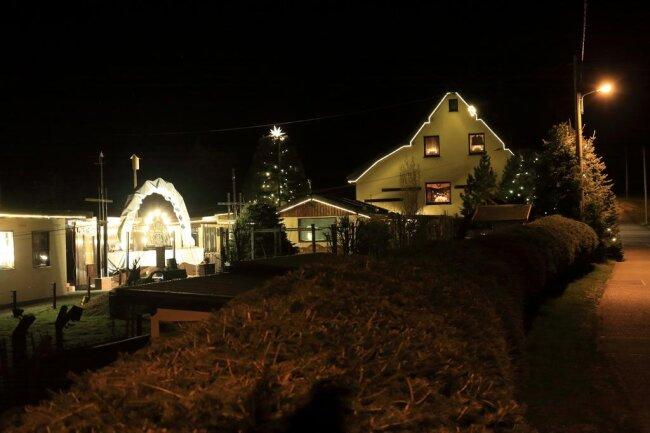<p>Sie haben an ihrem Haus in Niederwürschnitz, das zur Weihnachtszeit als Lichterhaus bekannt ist, die Beleuchtung wieder aktiviert. Sie hoffen, dass noch viele mehr mitmachen.</p>