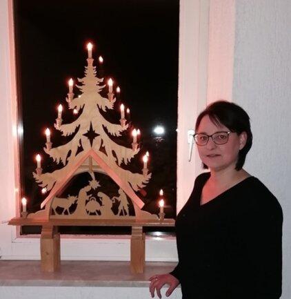<p>Anja Langer ist gebürtige Erzgebirgerin – sie kommt aus Marienberg. Seit vielen Jahren aber lebt sie schon in Bayern. Die Physiotherapeutin war von dem Aufruf aus dem Erzgebirge sofort berührt. Berufsbesingt kennt sie viele Menschen, die zur Risikogruppe gehören, sie betreut zahlreiche Herzkranke. Und als echte Erzgebirgerin besitzt sie eine große Sammlung an Pyramiden in allen Größen – und natürlich einen Lieblingsschwibbogen. Der leuchtet nun in ihrem Wohnzimmer im bayerischen Bergnersreuth im Landkreis Wunsiedel...</p>