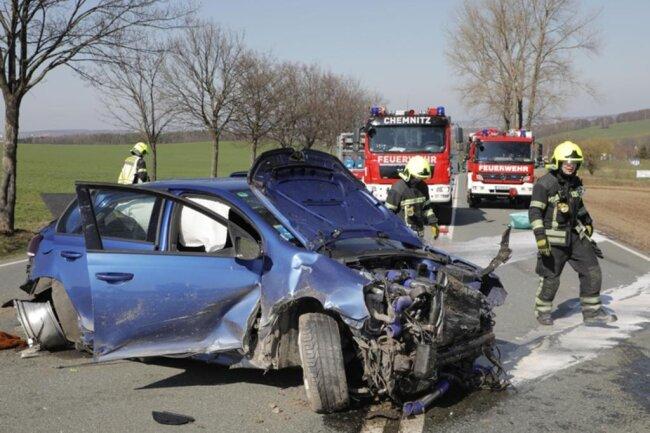 <p>Das Auto überschlug sich mehrfach und wurde auf die Straße zurückgeschleudert.</p>