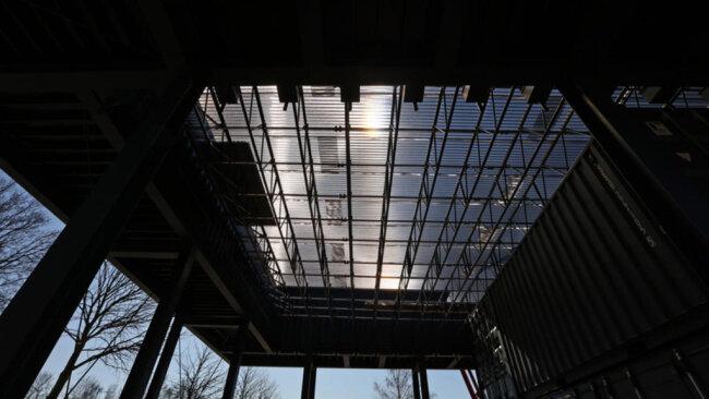 <p>Unter anderem haben Handwerker das Dach des Eingangspavillons fertig gedeckt. Der Vorplatz mit einer Fläche von 740 Quadratmetern werde vor Ostern fertig geteert sein, so die Verantwortlichen. (Es folgen weitere Fotos)</p>