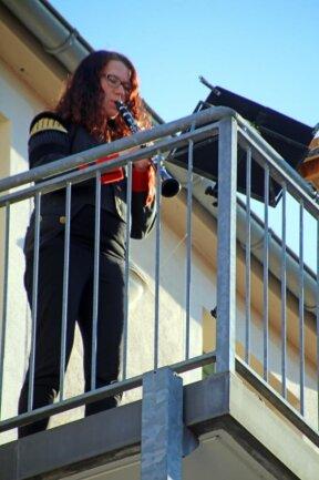 <p>Bettina Kupka, Klarinettistin im Bergmusikkorps Saxonia, intoniert das Steigerlied auf ihrem Balkon.&nbsp;</p>