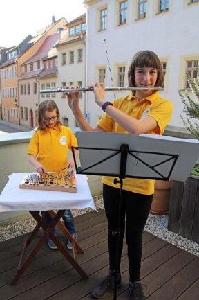 <p>Hannah (r.) und Lene Teubel spielten auf der Terrasse ihres Wohnhauses im Duett.</p>