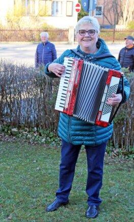 <p>Heidi Hinkel machte im Vorgarten ihres Wohnhauses mit dem Akkordeon Musik.</p>