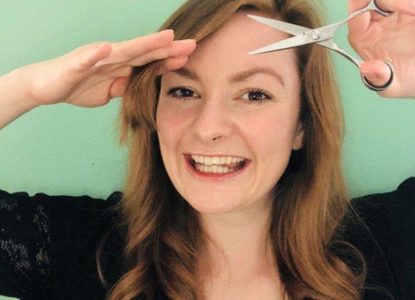 <p>Stylistin Danielle Dähnert aus Chemnitz erklärt ihren Kunden telefonisch, wie sie ihre Haare richtig schneiden können.</p>