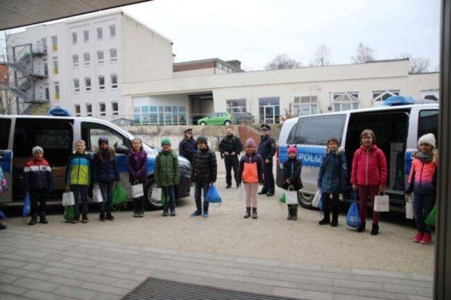<p>Geschenke für Superhelden: Kinder der Regenbogen-Grundschule Chemnitz haben Geschenke für Polizisten, medizinisches Personal und Verkäufer gebastelt. Abgeholt wurden die Gaben mit Blaulicht.</p>