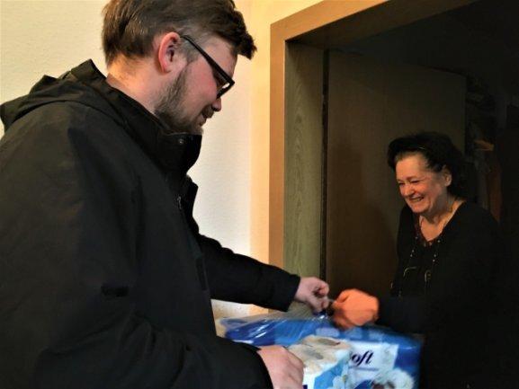 <p>Johannes Höfer von der Initiative Corona-Hilfe Vogtland übergibt in Reichenbach an Helga Ernst auch Küchenrollen und Toilettenpapier. Die Rentnerin verlässt nur das Haus, wenn es sein muss, und könnte aufgrund einer Gehbehinderung auch nicht lange anstehen.</p>